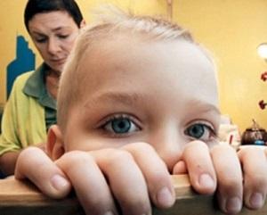 брать детей на попечительство или усыновление запрещено