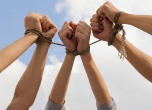 Ответственность за торговлю людьми и за использование рабского труда