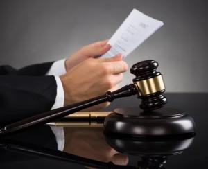 Какие действия предпринимает судья, если участник судового процесса подает заявление о фальсификации доказательств?